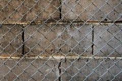 Blockwand und Netzzaun Lizenzfreie Stockfotografie