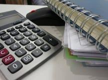 Blocnote, dossierdocument, calculator in bureau royalty-vrije stock afbeelding