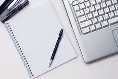 Blocnote en laptop in het bureau royalty-vrije stock fotografie