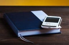 Blocnote en telefoon royalty-vrije stock afbeeldingen