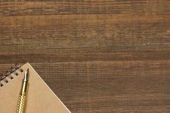 Blocnote met de Gouden Lijst van Fonteinpen on the old wood Stock Afbeeldingen