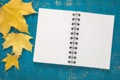 Blocnote met de herfstbladeren Royalty-vrije Stock Foto's