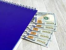 Blocnote met 100 dollarsrekeningen Fotobeeld Royalty-vrije Stock Afbeeldingen