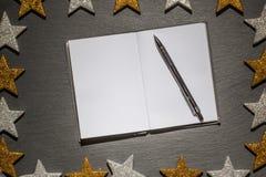 Blocnote met pen op leiachtergrond, Kerstmiskader Stock Foto's