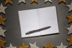 Blocnote met pen op leiachtergrond, Kerstmiskader Royalty-vrije Stock Afbeelding