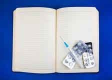 Blocnote met Pillen royalty-vrije stock afbeeldingen