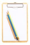 Blocnote met potloden die op witte achtergrond worden geïsoleerd Stock Afbeeldingen