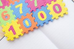 Blocnote met potloden en colorfull tellers royalty-vrije stock foto
