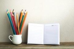 Blocnote met potlood op houten raadsachtergrond het gebruiken van behang voor onderwijs, bedrijfsfoto Neem nota van het product v royalty-vrije stock afbeeldingen