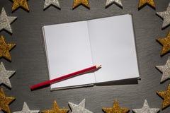 Blocnote met rood potlood op leiachtergrond, Kerstmiskader Royalty-vrije Stock Afbeeldingen