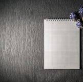 Blocnote met wilde bloemen stock foto's