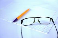 Blocnote, pen en glazen begin over met een schone lei Concept helemaal opnieuw stock foto