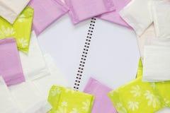 Blocnote voor gynaecologische menstruatiecyclus De bescherming van de vrouwenhygiëne, menstruatie sanitaire katoenen stootkussens Stock Afbeeldingen