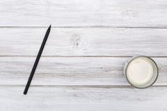 Blocnotepotlood twee rood hartendocument met melk Stock Foto's