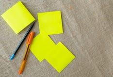 Blocnotes, potlood, en pen op juteachtergrond royalty-vrije stock foto