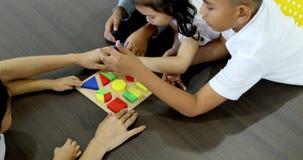 Bloco asiático da geometria do jogo do professor com estudante filme