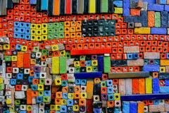 Bloco cerâmico colorido na parede para o fundo fotos de stock