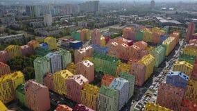 Bloco colorido de construções de vários andares em Kyiv vídeos de arquivo