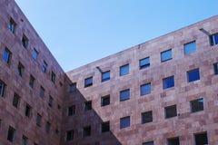 Bloco de apartamentos com janelas quadradas imagens de stock
