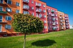 Bloco de apartamentos ecológico fotos de stock