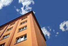 Bloco de apartamentos - edifício de apartamento Fotos de Stock Royalty Free