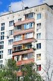 Bloco de apartamentos industrializado em Rússia fotografia de stock