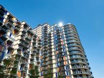 Bloco de apartamentos moderno em Canary Wharf, Londres fotografia de stock royalty free