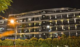 Bloco de apartamentos moderno na noite foto de stock