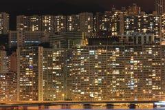 Bloco de apartamentos na noite imagens de stock