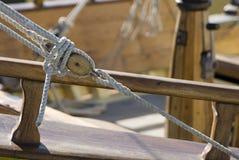 Bloco de ato de agarrar de madeira, cordas Imagem de Stock Royalty Free