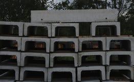 Bloco de cimento que encontra-se em se foto de stock