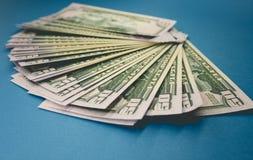 Bloco de cinq??nta d?lares de c?dulas isoladas no fundo azul foto de stock royalty free