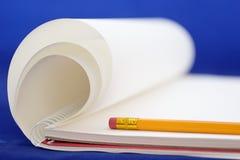 Bloco de desenho com lápis fotografia de stock