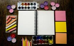 Bloco de desenho e fontes artísticas imagem de stock