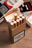 Bloco de dez cigarros fotos de stock