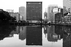 Bloco de escritório do arranha-céus do Tóquio - preto e branco fotos de stock royalty free