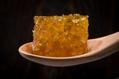 Bloco de Honey Comb In Spoon foto de stock
