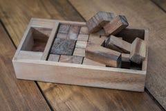 Bloco de madeira Brain Teaser Puzzle no fundo de madeira quase Toget Fotos de Stock