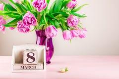 Bloco de madeira com data de dia das mulheres internacionais, o 8 de março Fotos de Stock Royalty Free