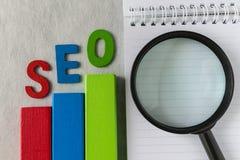 Bloco de madeira tão colorido do conceito da otimização do Search Engine quanto a Foto de Stock