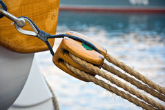 Bloco de madeira velho com corda Foto de Stock Royalty Free