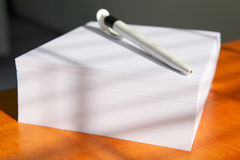 Bloco de notas branco com uma pena Fotografia de Stock