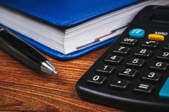 Bloco de notas com calculadora Fotografia de Stock Royalty Free