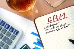 Bloco de notas com conceito do gerenciamento de relacionamento com o cliente das palavras CRM Foto de Stock