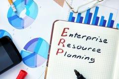 Bloco de notas com conceito e marcador do planeamento do recurso da empresa das palavras ERP fotografia de stock