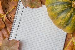 Bloco de notas com folhas e abóbora de outono Fotografia de Stock Royalty Free