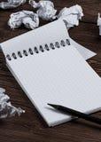 Bloco de notas com lápis e papel amarrotado fotos de stock royalty free
