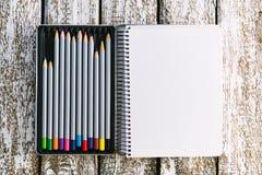 Bloco de notas com mocap dos lápis Lugar para o texto Imagem de Stock