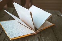 Bloco de notas com o lápis na tabela de madeira (imagem tonificada cor do vintage) Imagens de Stock