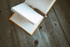 Bloco de notas com o lápis na tabela de madeira (imagem tonificada cor do vintage) Foto de Stock Royalty Free